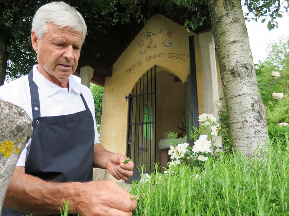 Luis Margesin beim Kräuterpflücken