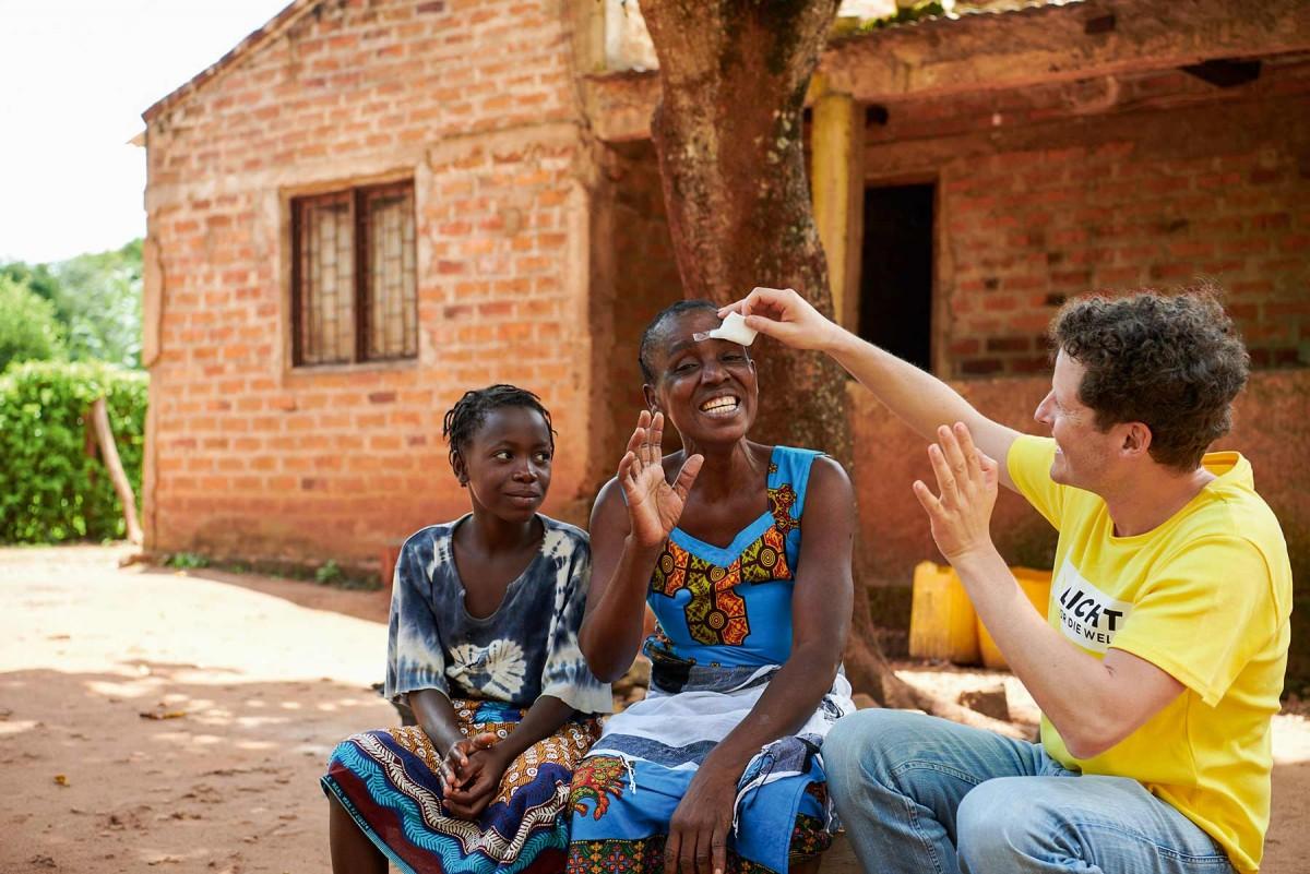 Augenarzt Philipp Überbacher bei der Untersuchung einer Augenpatientin in Mosambik