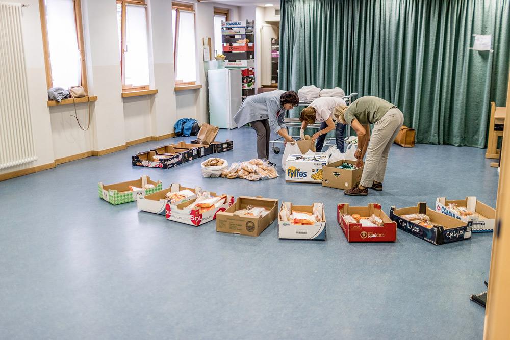 Lebensmittelpaket der Schlanderser Tafel wird von freiwilligen Helfern befüllt