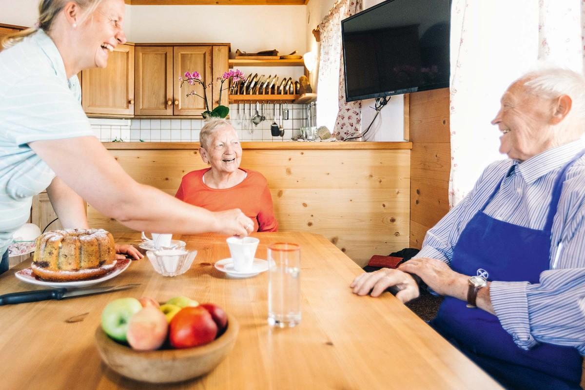 Senioren am Bauernhof beim Marende-Essen
